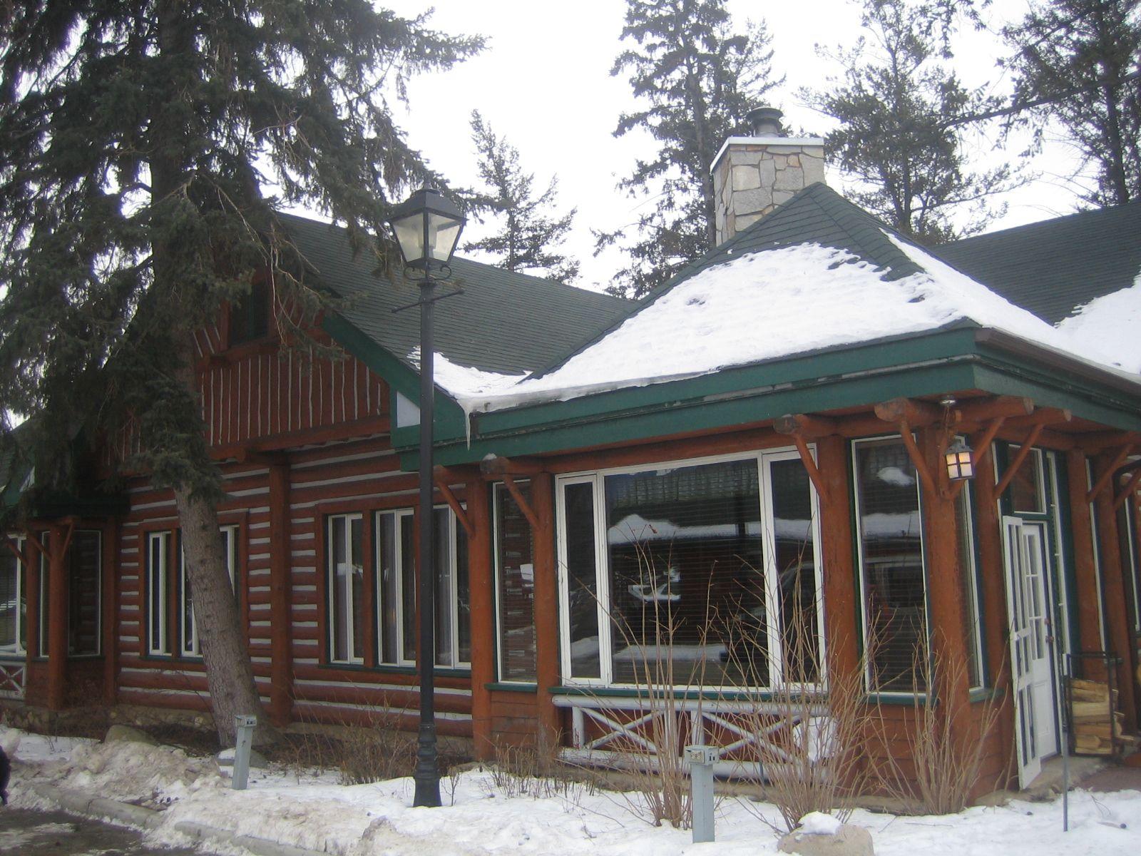 Die Fairmont Jasper Park Lodge ist ein ehemaliges Eisenbahnerhotel